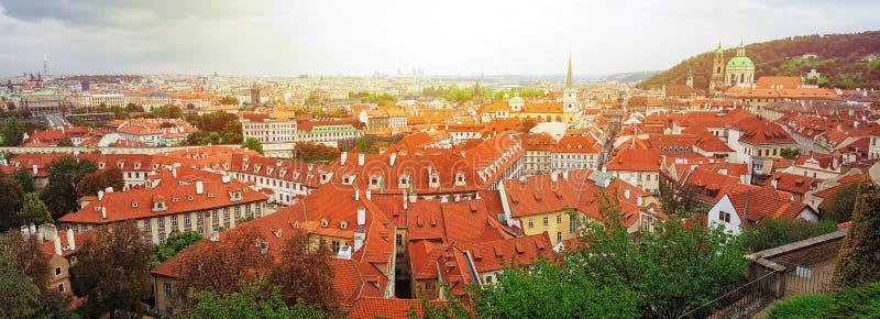 Draufsicht zu den roten Ziegeldächern der Tschechischen Republik Prag-Stadt Typische Prag-Häuser Hügel und Turm Petrshin Weitwink lizenzfreie stockbilder