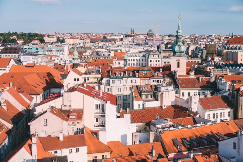 Draufsicht zum Rot überdacht Skyline der Tschechischen Republik Prag-Stadt stockfotografie