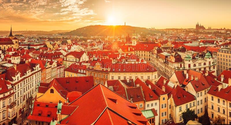 Draufsicht zum Rot überdacht Skyline von Prag-Stadt stockfoto