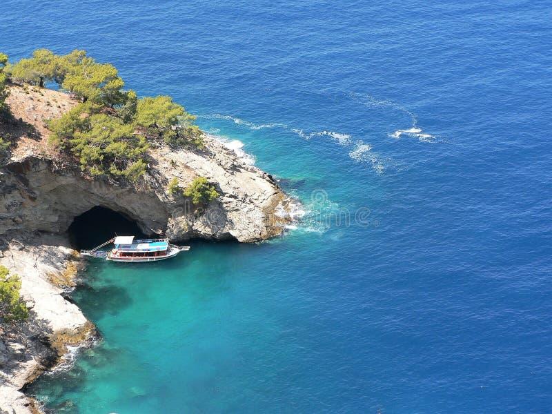 Draufsicht zur blauen Höhle und zum Boot, gelegen nahe dem Oludeniz, Fethiye in der Türkei stockbild