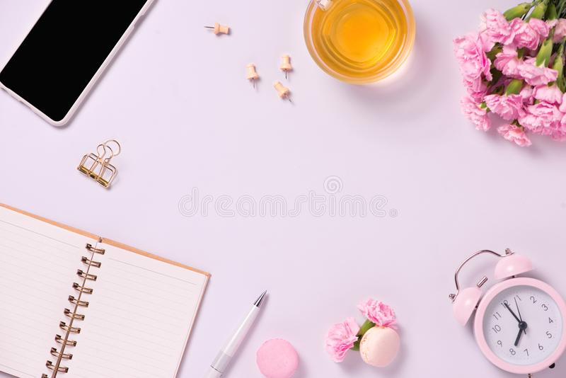 Draufsichtanmerkungsbuch anf blüht auf dem Desktop Für Heiratsplann lizenzfreies stockbild