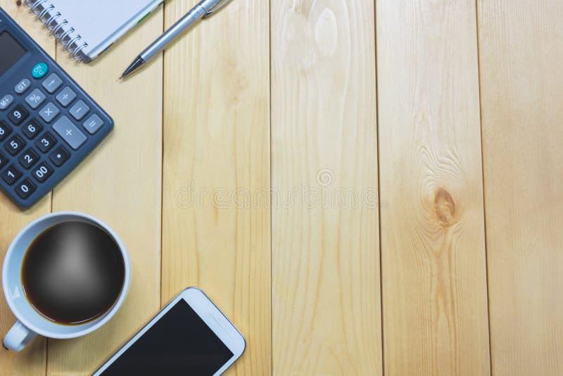 Draufsichtbürotisch mit Papier und Kaffee und Taschenrechner lizenzfreie stockfotografie