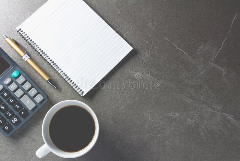 Draufsichtbürotisch mit Papier und Kaffee und Taschenrechner lizenzfreies stockbild