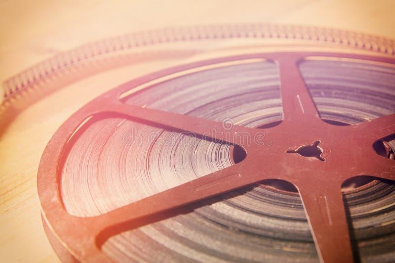 Draufsichtbild der alten 8 Millimeter-Filmspule über hölzernem Hintergrund lizenzfreies stockfoto