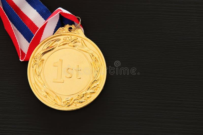 Draufsichtbild der Goldmedaille über schwarzem Hintergrund lizenzfreie stockfotografie
