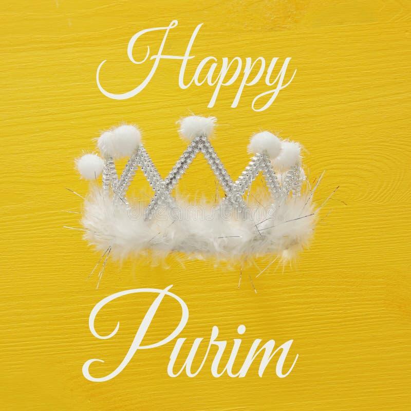 Draufsichtbild der weißen Parteikrone Flache Lage Purim-Feierkonzept u. x28; jüdisches Karneval holiday& x29; stockbild