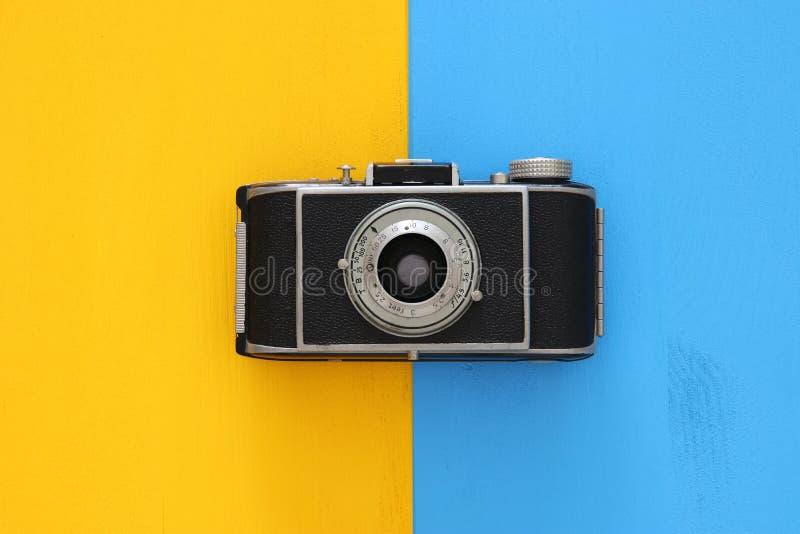 Draufsichtbild der Weinlesefotokamera über doppeltem buntem Hintergrund lizenzfreies stockfoto