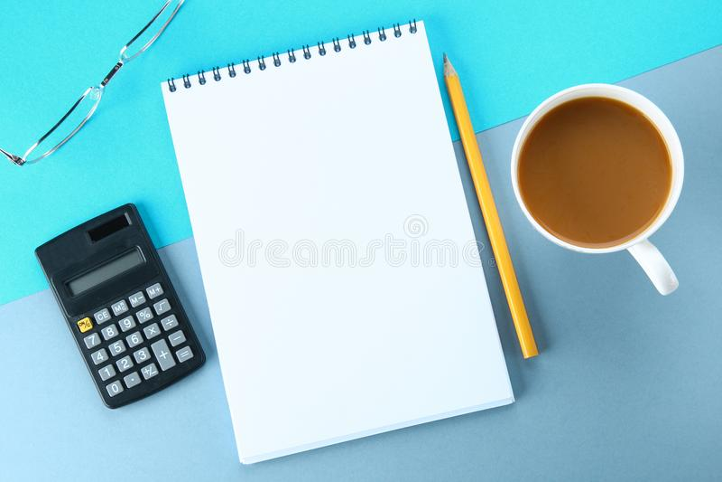 Draufsichtbild des offenen Notizbuches mit Leerseiten und Kaffee auf blauem Hintergrund, bereiten für das Hinzufügen vor oder ver stockfotos