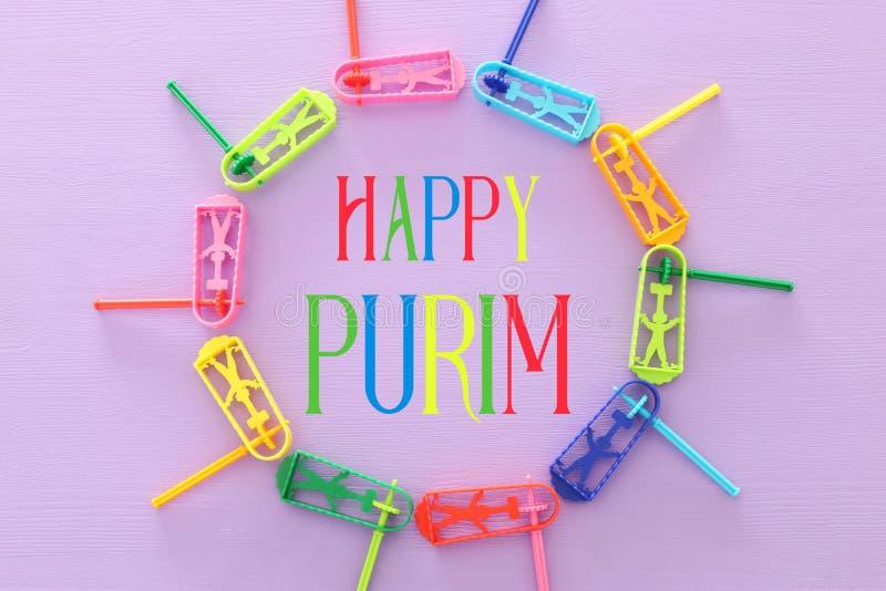 Draufsichtbild des Purim-Feierkonzeptes u. des x28; jüdisches Karneval holiday& x29; über purpurrotem Hintergrund Draufsicht, fla lizenzfreie stockfotografie