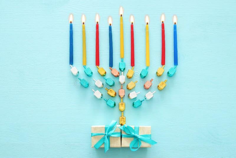 Draufsichtbild jüdischen Feiertag Chanukka-Hintergrundes mit traditioneller spinnig Spitze, menorah lizenzfreies stockbild