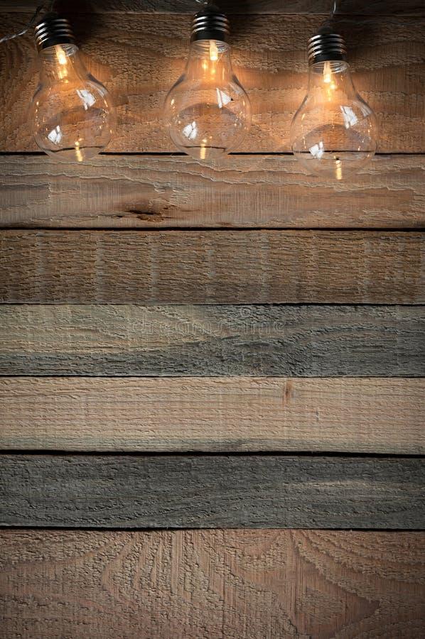 Draufsichtbild mit bulblight Girlande auf rohem rustikalem Hintergrund lizenzfreie stockbilder
