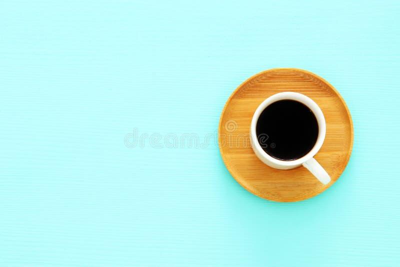 Draufsichtbild von coffe Schale über hölzernem tadellosem blauem Hintergrund Flache Lage Kopieren Sie Platz stockfotografie