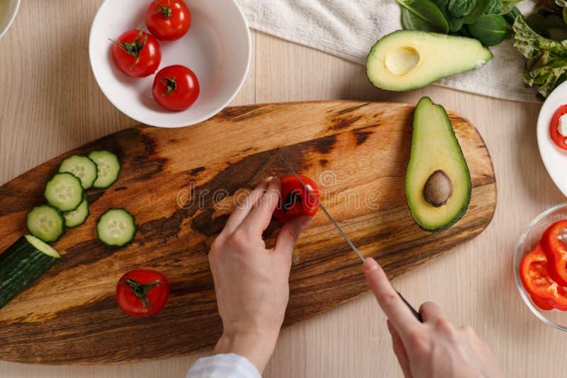 Draufsichtbild von den Händen, die Gemüsesalat kochen lizenzfreie stockfotografie