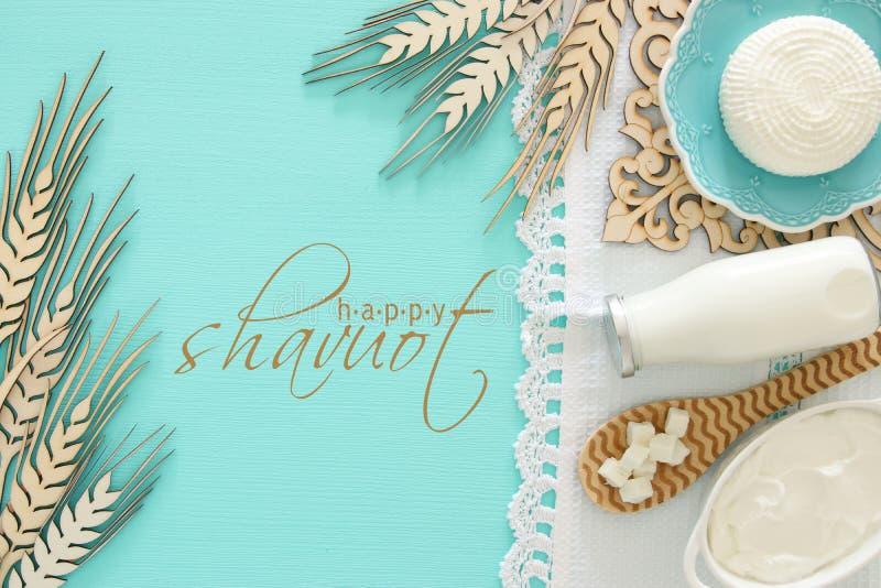 Draufsichtbild von Milchprodukten über tadellosem hölzernem Hintergrund Symbole des jüdischen Feiertags - Shavuot stockbilder