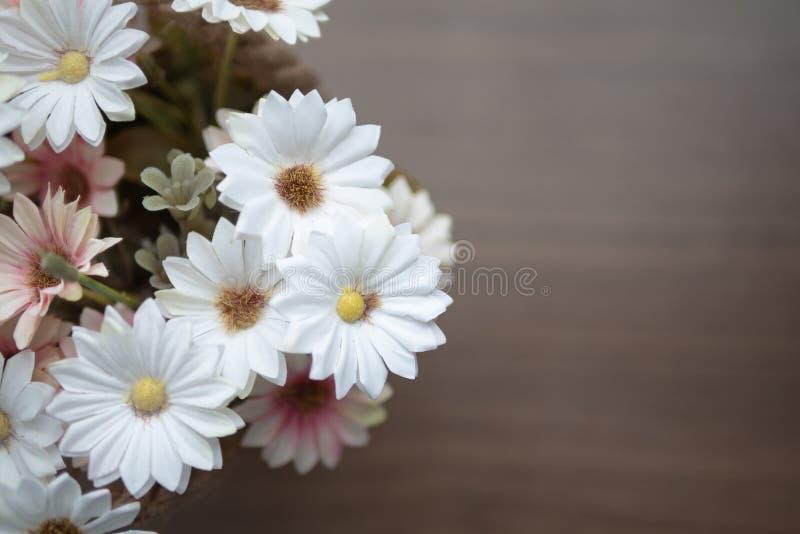Draufsichtblühen der gefälschten Blume auf dem Holztisch stockfotografie