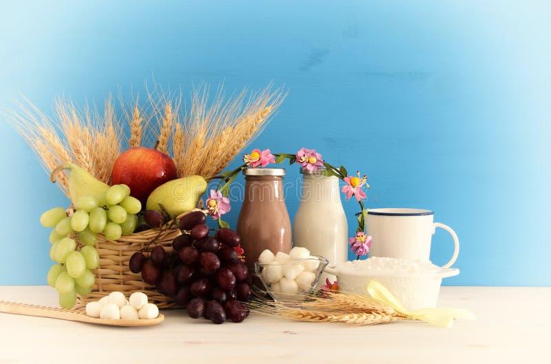 Draufsichtcollagenbild von Milchprodukten und Früchten Symbole des jüdischen Feiertags - Shavuot stockfotos