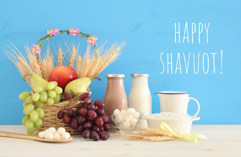 Draufsichtcollagenbild von Milchprodukten und Früchten Symbole des jüdischen Feiertags - Shavuot lizenzfreie stockfotografie