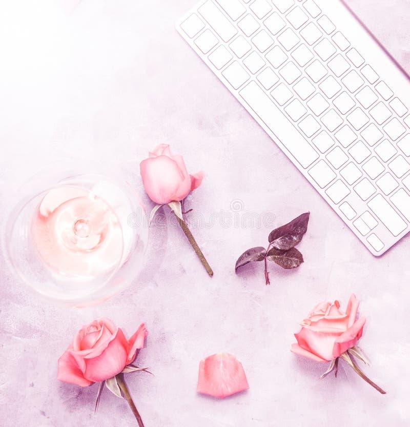 Draufsichtebene legen Arbeitsplatz mit den rosafarbenen Blumenblättern und Wein lizenzfreie abbildung