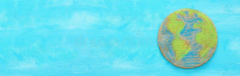 Draufsichtfahne der Erdkugel über blauem hölzernem Hintergrund stockbilder