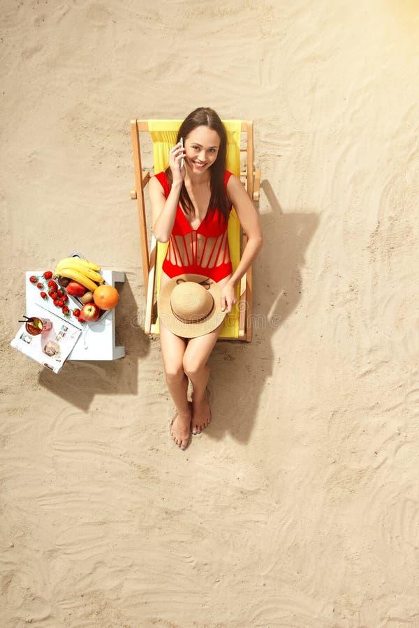 Download Draufsichtferien Des Reisenden Der Jungen Frau Touristische Stockfoto - Bild von getrennt, zeitschrift: 96929600