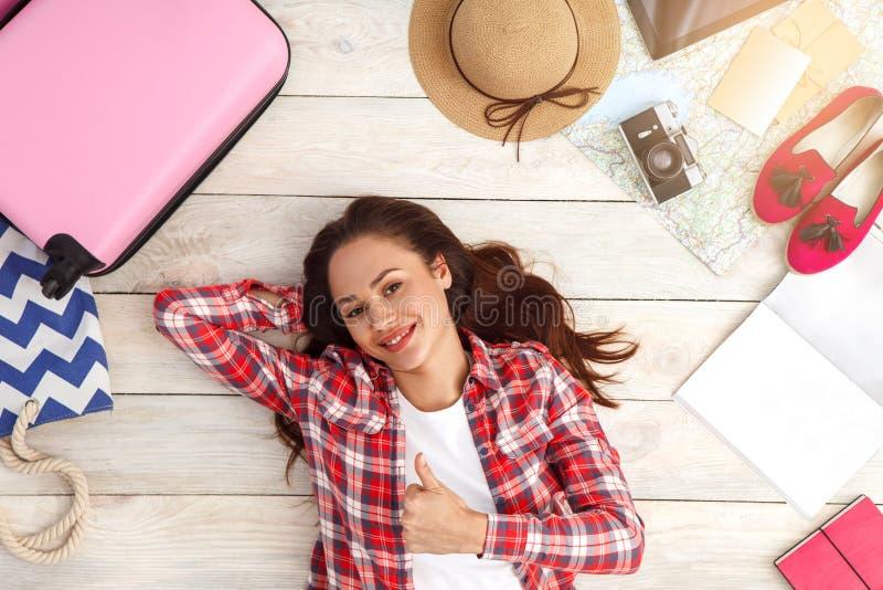 Download Draufsichtferien Des Reisenden Der Jungen Frau Touristische Stockfoto - Bild von erwachsener, glücklich: 96929748