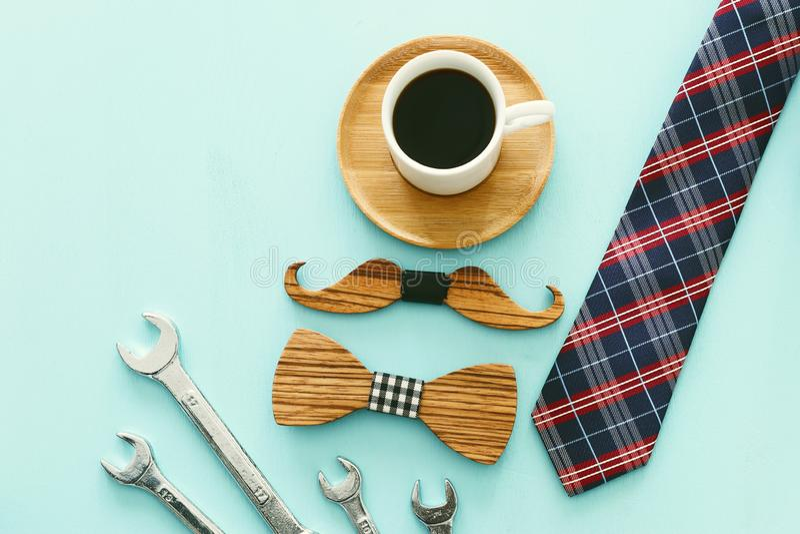 Draufsichtfoto der Geschenkbox, der Krawatte und des Tasse Kaffees Vater ` s Tageskonzept lizenzfreies stockbild