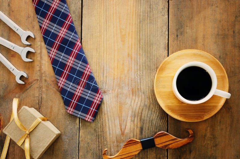 Draufsichtfoto der Geschenkbox, der Krawatte und des Tasse Kaffees Vater ` s Tageskonzept stockfotografie