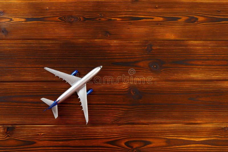 Draufsichtfoto des Spielzeugflugzeuges ?ber h?lzernem Hintergrund lizenzfreie stockbilder