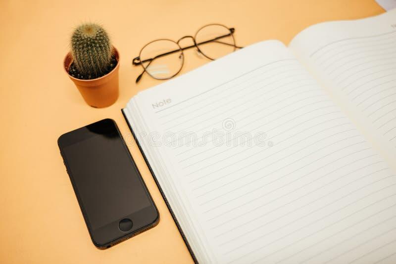 Draufsichtgeschäftshintergrundarbeitsplatz mit Gläsern, bewegliches Phon lizenzfreies stockbild