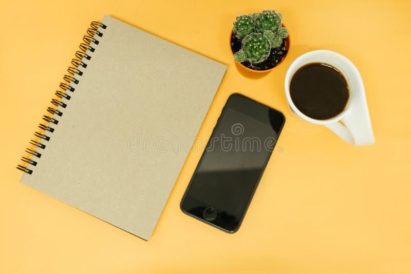 Draufsichtgeschäftstabellenhintergrund mit Notizbuch, Handy, lizenzfreies stockfoto