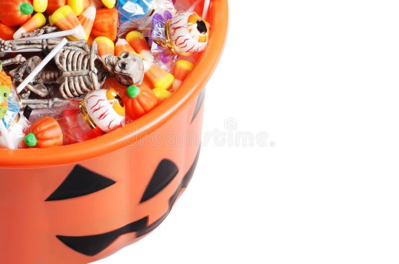 Draufsichthalloween-Kürbiseimer mit Süßigkeit lizenzfreies stockfoto