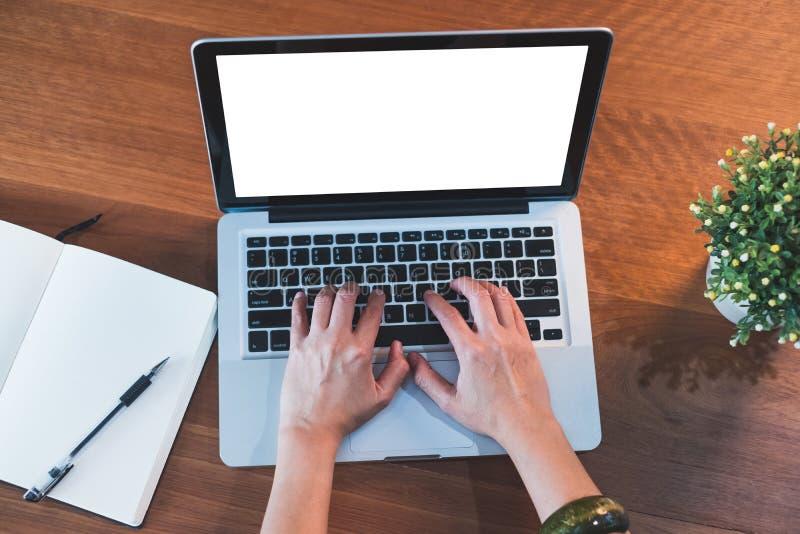 Draufsichthandart auf Laptoptastatur mit offenem Notizbuch und Winkel des Leistungshebels lizenzfreie stockbilder