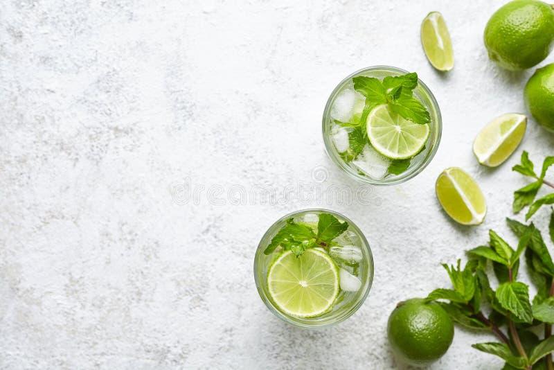 Draufsichtkopienraum zwei highball Glas des Mojito-Cocktailalkoholbarlongdrinks traditionelles frisches tropisches Getränke lizenzfreie stockfotografie