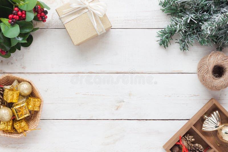 Draufsichtluftbild des Hintergrundes der Dekoration u. Verzierung froher Weihnachten u. guten Rutsch ins Neue Jahr stockbild