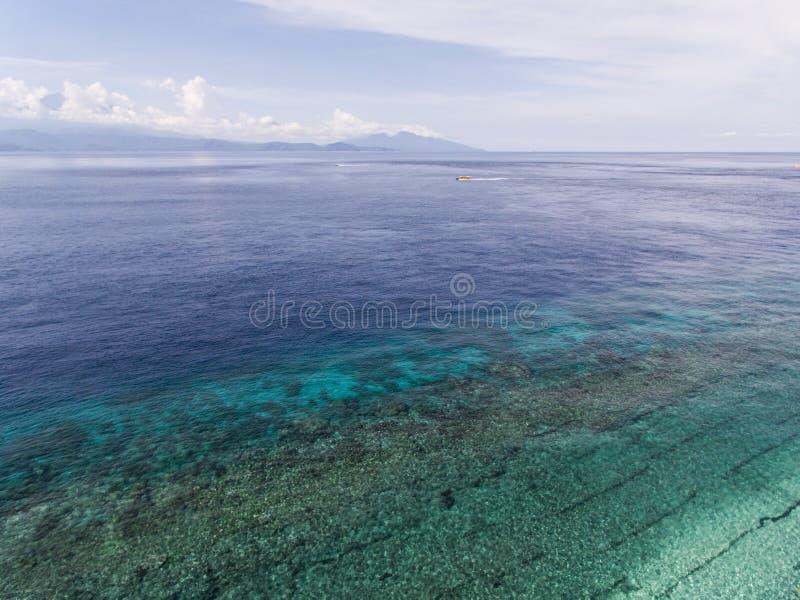 Draufsichtluftfoto vom Fliegenbrummen einer erstaunlich schönen Seelandschaft lizenzfreies stockfoto