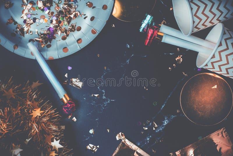 Draufsichtmarmortabelle mit Parteischale, Parteigebläse, Lametta, confett stockfotos