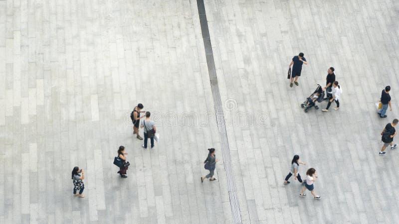 Draufsichtmenge von Leuten gehen auf Geschäftsstraßenfußgänger lizenzfreies stockbild