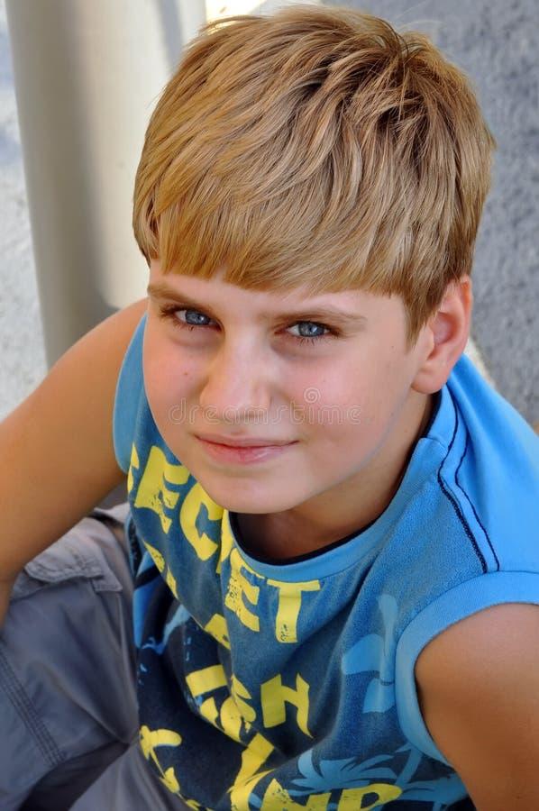 Draufsichtportrait eines blonden Jungen, der Kamera betrachtet stockfotos