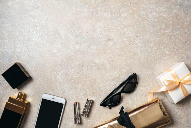 Draufsichtrahmen von modernen weiblichen Zusätzen Flaches gelegtes Schönheit Bloggermaterial Moderner minimaler Hauptarbeitsplatz stockbild