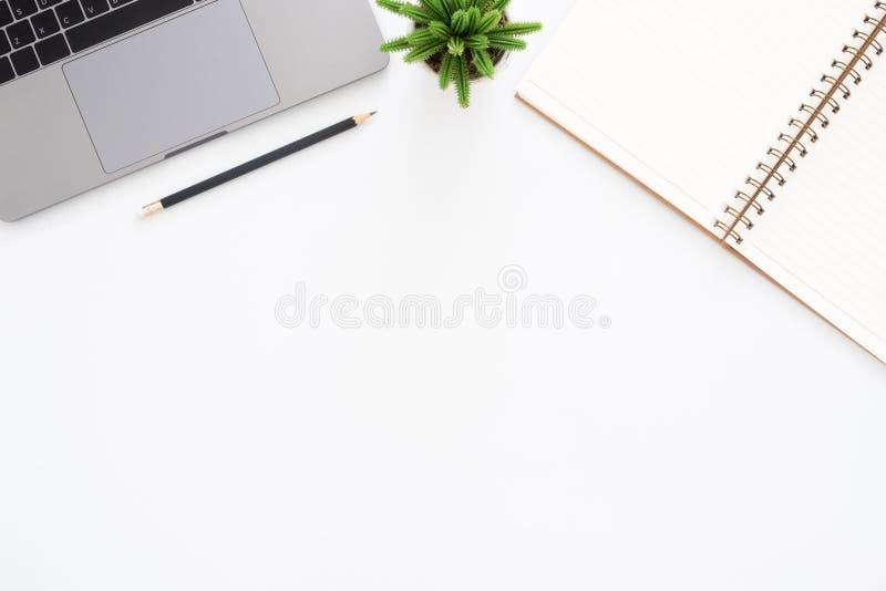Draufsichtschreibtisch mit Laptop, Bleistift, Notizbuch und Anlage auf weißem Farbhintergrund stockfoto