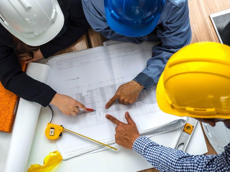 Draufsichtteamwork-Konzept, -ingenieur und -arbeitskräfte, die Projekt des Neubaus besprechen , Team von asiatischen Leuten der A lizenzfreie abbildung