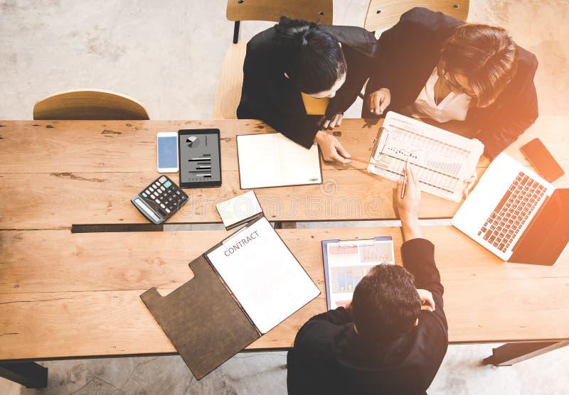 DraufsichtTeilhaber, die Vertrag und Diagramm des Finanzberichts besprechen lizenzfreies stockfoto