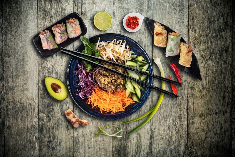 Draufsichtzusammensetzung der vietnamesischen Nahrung in der Sch?ssel stockfotografie