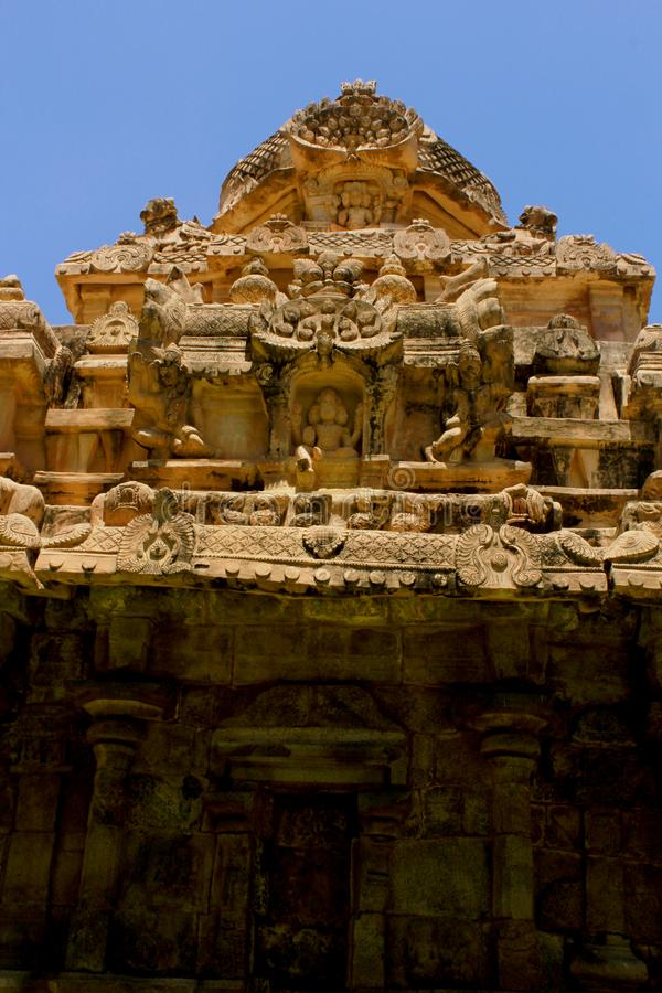 Dravidian在Gangaikonda乔拉普拉姆,印度称呼了古老塔[gopuram]与在Brihadisvara寺庙的雕塑 免版税库存图片