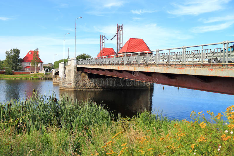 Drawbridge αετών πέρα από τον ποταμό Deima στην πόλη Polessk στοκ φωτογραφία