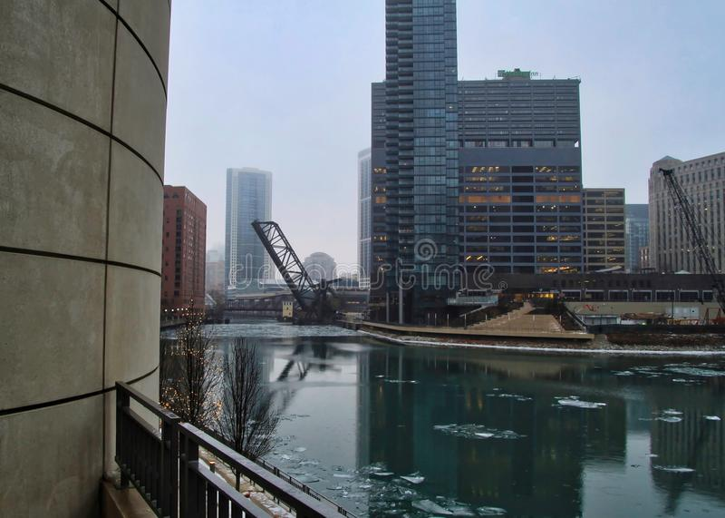 Drawbridge επάνω πέρα από τον παγωμένο ποταμό του Σικάγου σε ένα χειμερινό πρωί στο Σικάγο στοκ φωτογραφία με δικαίωμα ελεύθερης χρήσης