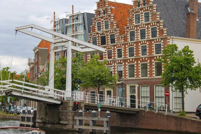 Drawbridge πέρα από τον ποταμό Spaarne στο Χάρλεμ, οι Κάτω Χώρες στοκ εικόνες