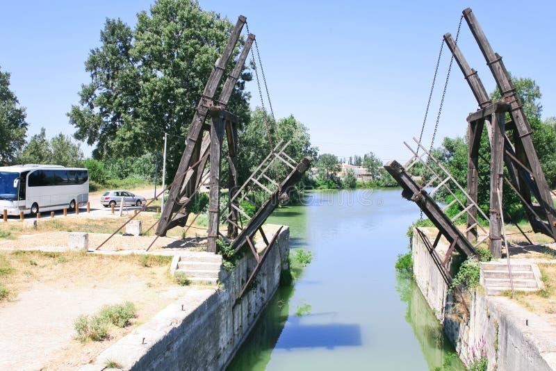 Drawbridge nel lato del paese vicino a Arles immagini stock