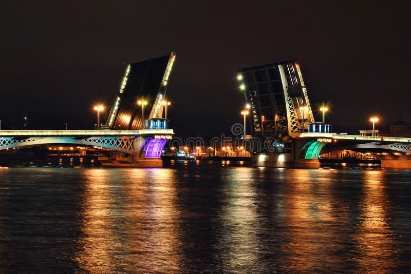Drawbridge nella notte fotografie stock
