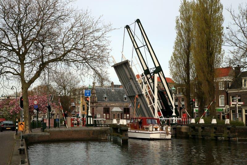 Drawbridge pequeno na cidade holandesa, Países Baixos. imagem de stock